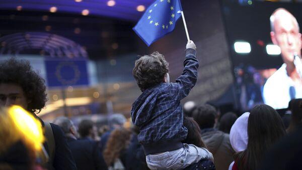 Chłopiec z flagą UE pod budynkiem Parlamentu Europejskiego w Brukseli - Sputnik Polska