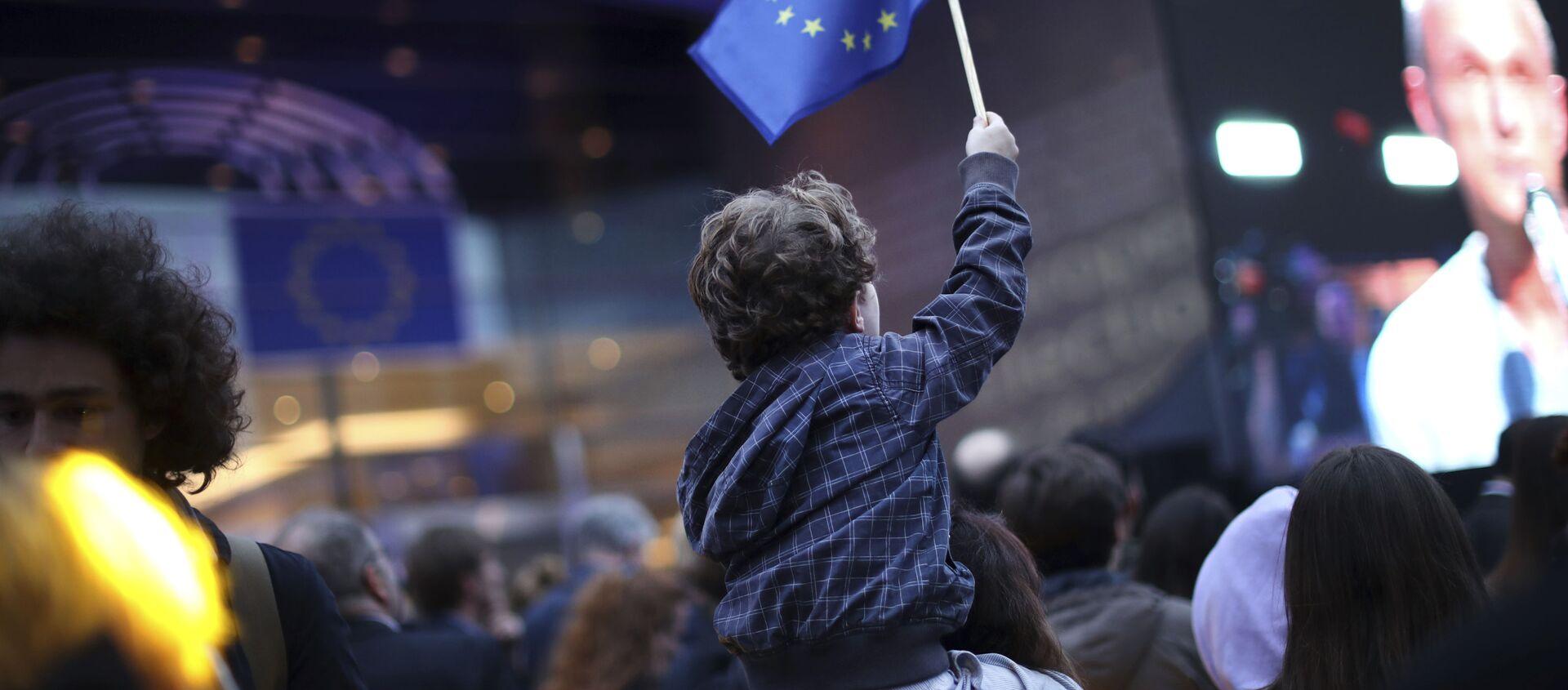 Chłopiec z flagą UE pod budynkiem Parlamentu Europejskiego w Brukseli - Sputnik Polska, 1920, 22.02.2021