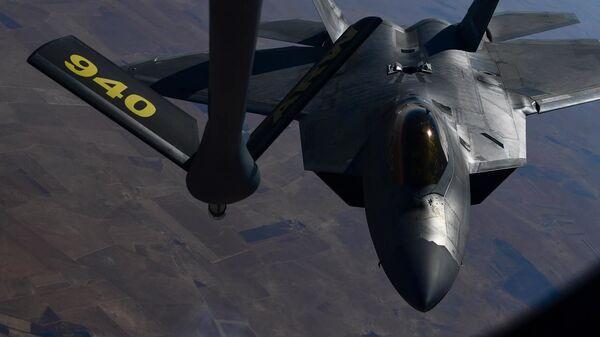 Myśliwiec F-22 Raptor piątej generacji Sił Powietrznych USA podczas tankowania - Sputnik Polska