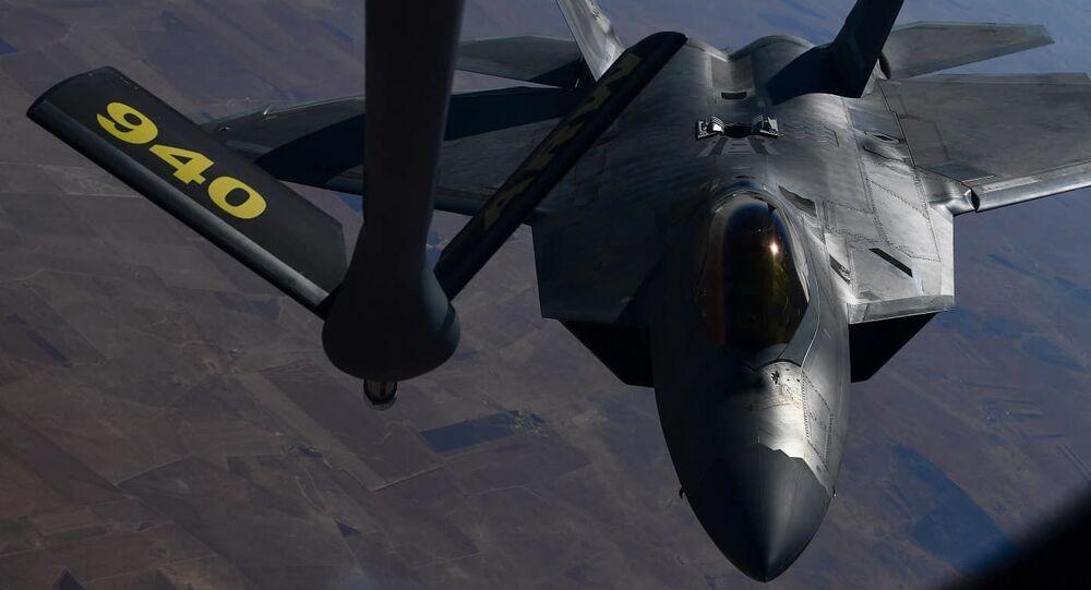 Myśliwiec F-22 Raptor piątej generacji Sił Powietrznych USA podczas tankowania