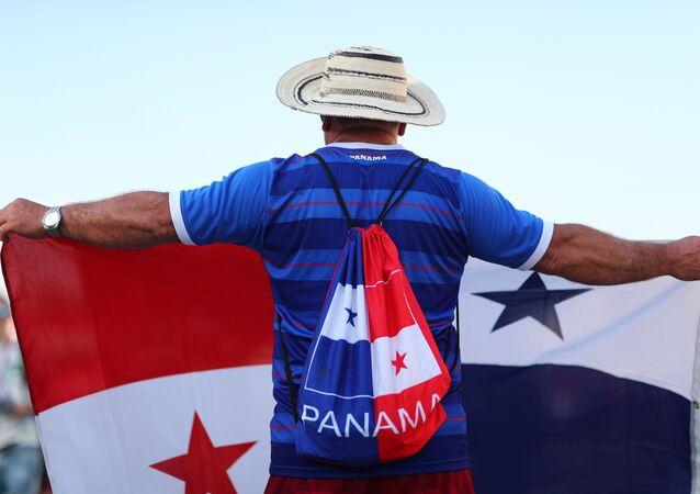 Kibic z flagą Panamy