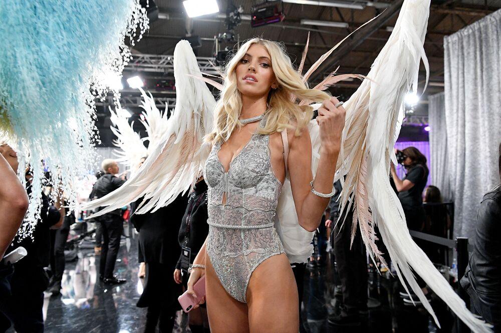 Devon Windsor za kulisami pokazu Victoria's Secret w Nowym Jorku, 2018 rok