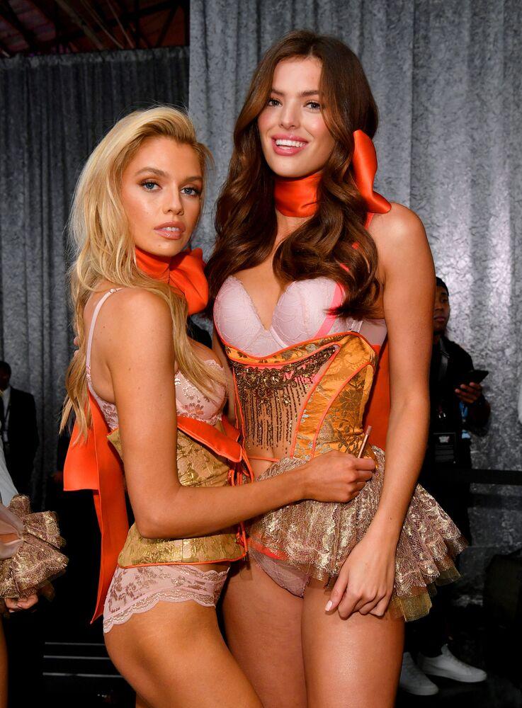 Stella Maxwell i Sofie Rovenstine za kulisami pokazu Victoria's Secret w Nowym Jorku