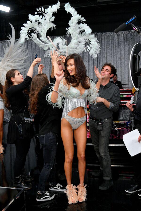 Modelka Bella Hadid za kulisami pokazu Victoria's Secret w Nowym Jorku - Sputnik Polska