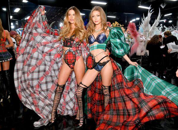 Behati Prinsloo i Gigi Hadid za kulisami pokazu Victoria's Secret w Nowym Jorku  - Sputnik Polska