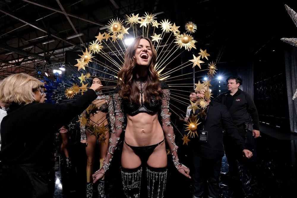 Modelka Barbara Fialho za kulisami pokazu Victoria's Secret w Nowym Jorku
