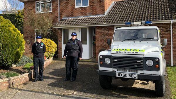 Funkcjonariusze policji przed domem Siergieja Skripala w Salisbury - Sputnik Polska