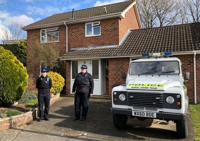 Funkcjonariusze policji przed domem Siergieja Skripala w Salisbury