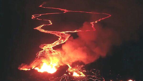Bruzda ognia w czasie erupcji wulkanu Kilauea na Hawajach - Sputnik Polska