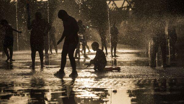 Mieszkańcy kąpią się w fontannie parku Rio w Madrycie - Sputnik Polska