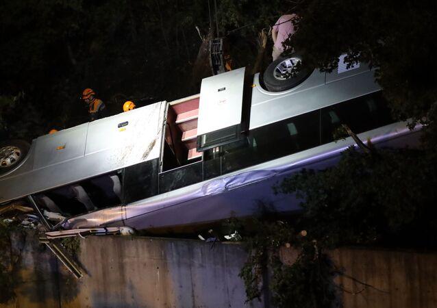 Pracownicy Ministerstwa Sytuacji Nadzwyczajnych na miejscu wypadku drogowego z udziałem autobusu wycieczkowego Hyundai i samochodu Volkswagen Touareg pod Noworosyjskiem