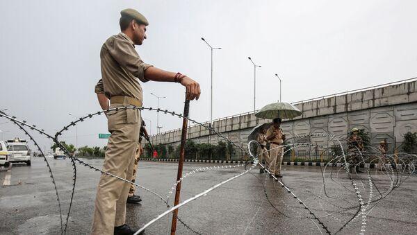 Pracownik policji w stanie Dżammu, Indie - Sputnik Polska