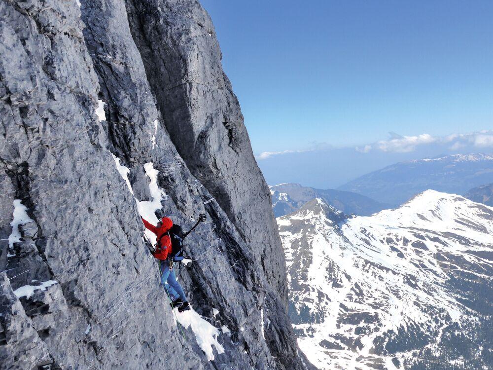 Alpiniści podczas wejścia na szczyt Eiger w Alpach Berneńskich