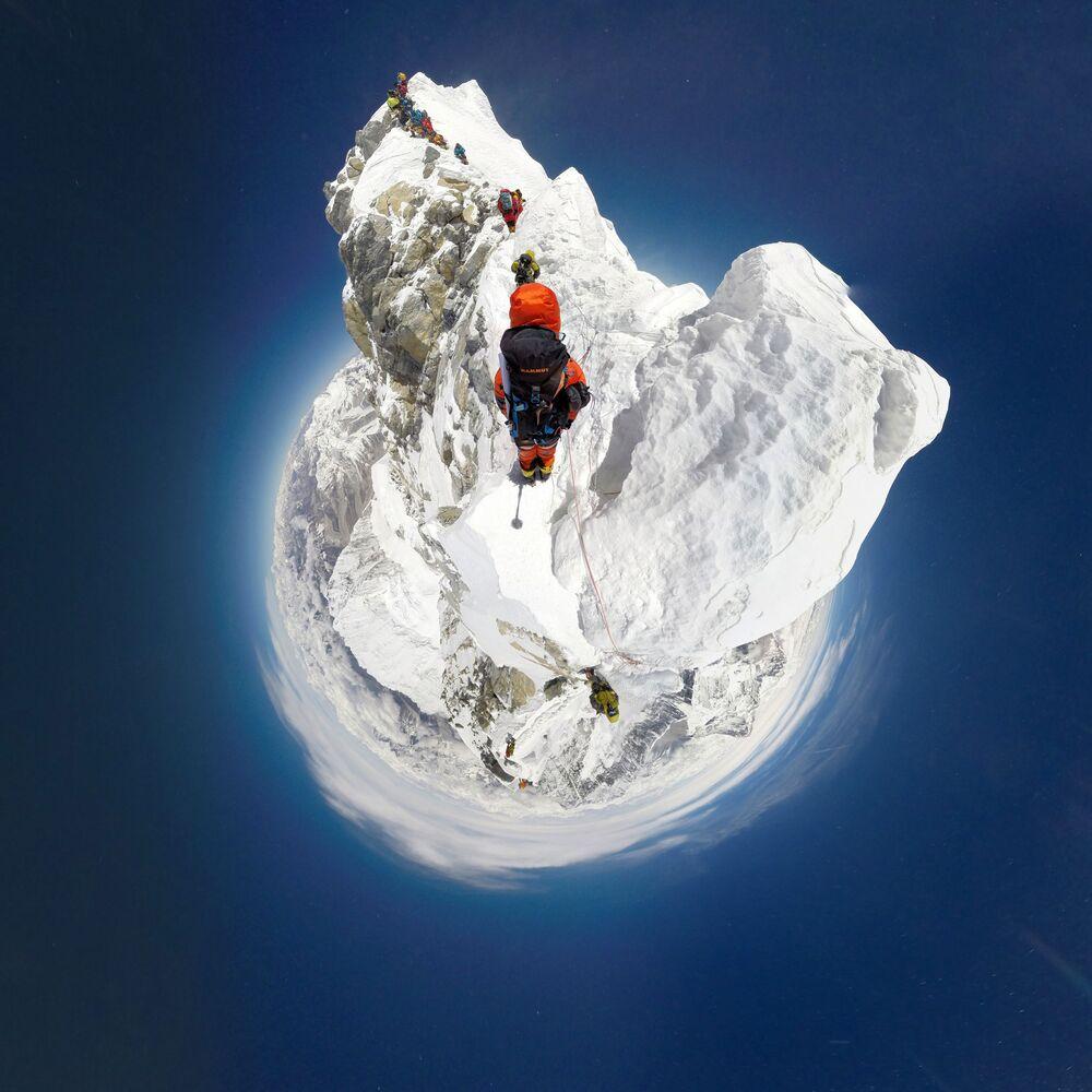Szwajcarski specjalista sportów górskich wspinający się na południową trasę szczytu Mount Everest w Nepalu