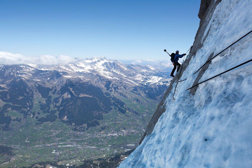 Alpinista Stefan Zygrist wspina się na górę Eiger w Alpach Berneńskich