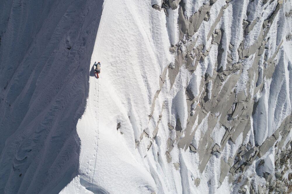 Alpinista David Lama podczas wspinaczki na górę Lunag Ri w Nepalu