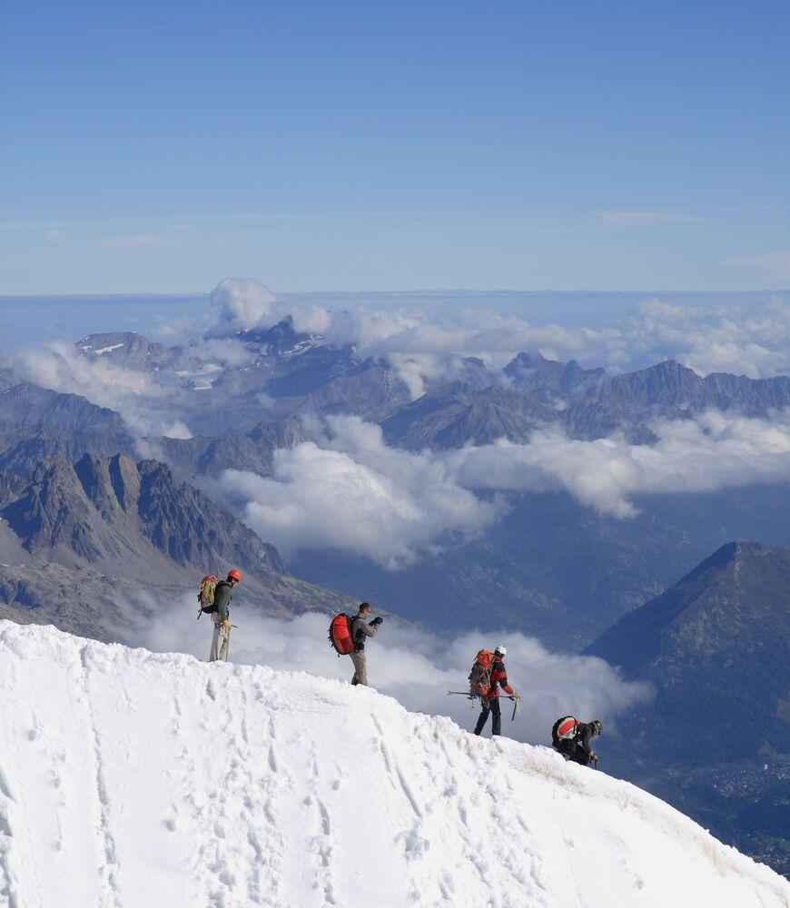 Alpiniści opuszczają szczyt Aiguille du Midi we Francji