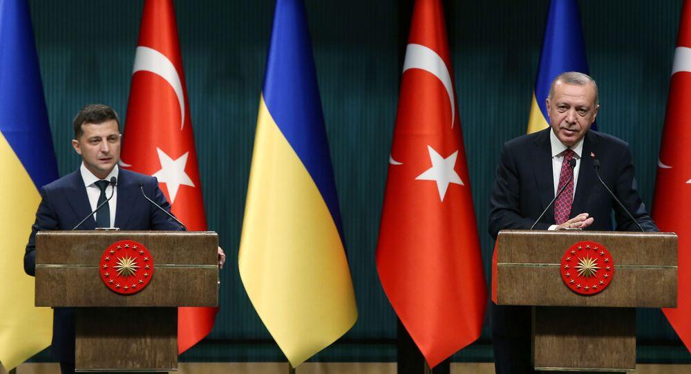 Prezydent Ukrainy Wołodymyr Zełenski i prezydent Turcji Recep Tayyip Erdogan na konferencji prasowej w Ankarze