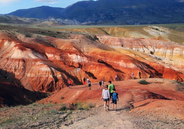Turyści w dolinie Kyzyl-Czyn w stepie Czuj na Ałtaju.