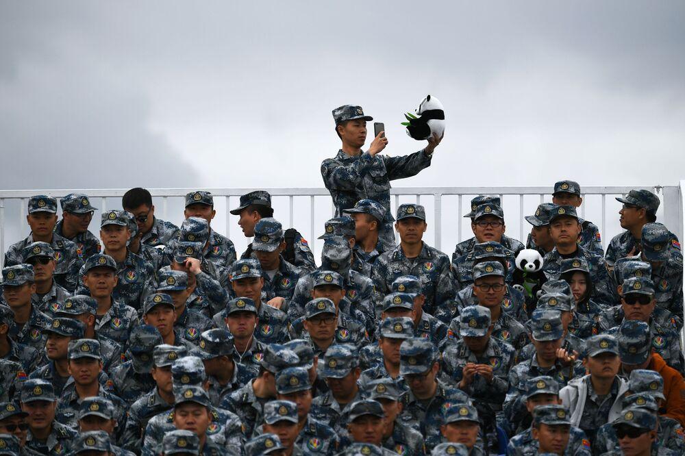 """Żołnierze armii chińskiej na ogólnorosyjskim etapie zawodów """"Aviadarts 2019"""" na poligonie lotniczym pod Riazaniem"""
