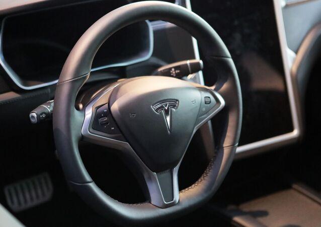 Kierownica samochodu Tesla w salonie Moscow Tesla Club w Moskwie