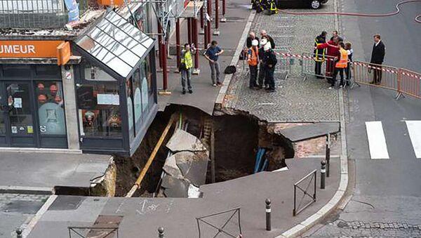 Dziura w Amiens, Francja - Sputnik Polska
