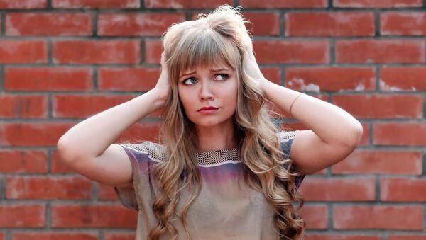 Dziewczyna trzyma się za uszy - Sputnik Polska