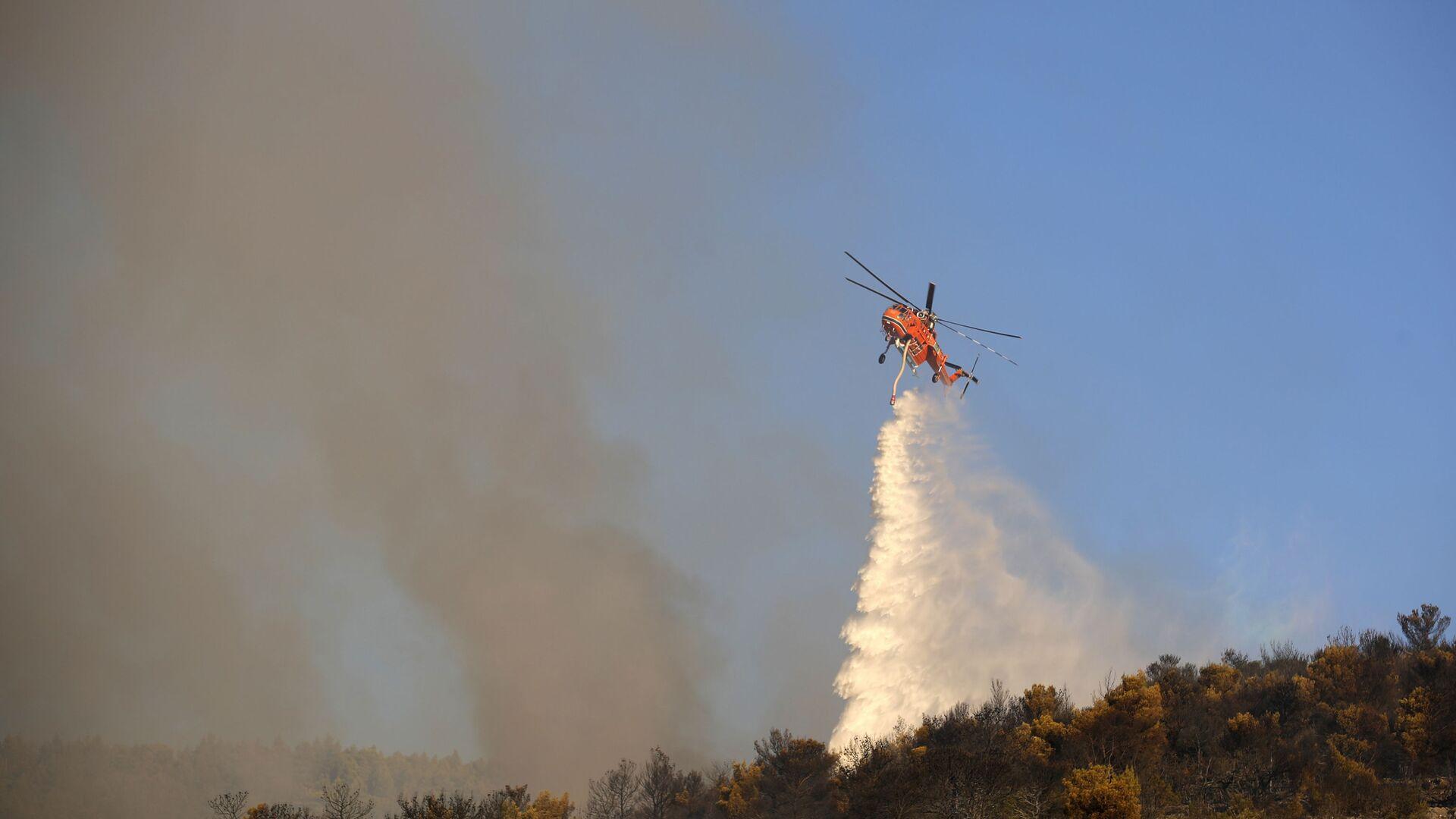 Helikopter gasi pożar w pobliżu greckiego miasta Peania - Sputnik Polska, 1920, 05.08.2021