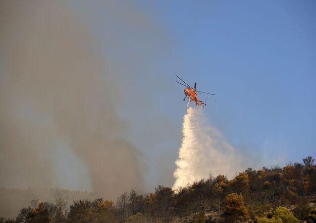 Helikopter gasi pożar w pobliżu greckiego miasta Peania