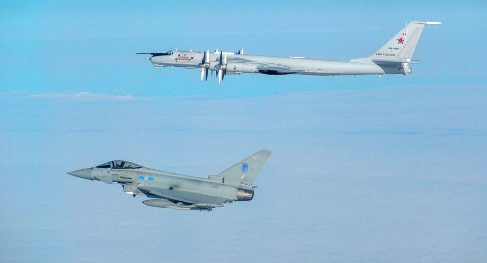 Brytyjskie myśliwce przechwyciły rosyjskie Tu-142. Zdjęcie archiwalne