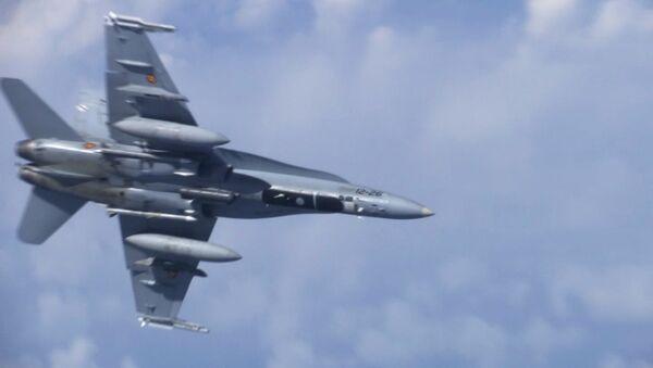 Myśliwiec F-18, który próbował zbliżyć się do samolotu ministra obrony Rosji Siergieja Szojgu nad Morzem Bałtyckim. - Sputnik Polska