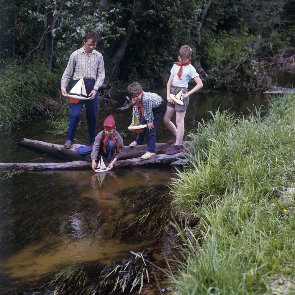 Uczniowie z wychowawcą na obozie, 1973 rok