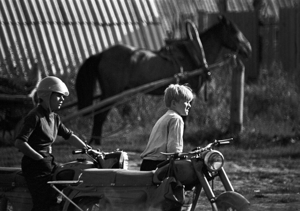 Chłopcy na motocyklu, 1973 rok