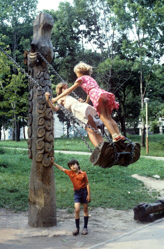 Dziewczynki na huśtawce, 1986 rok