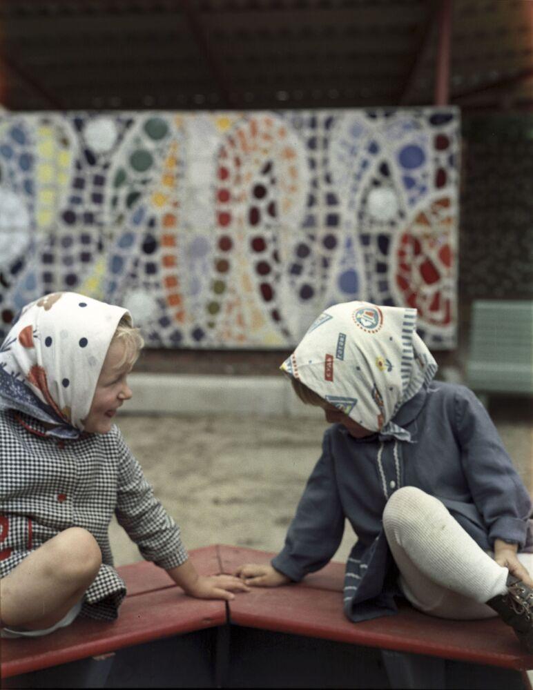Dziewczynki w piaskownicy, 1973 rok