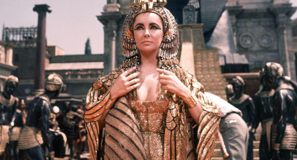 Aktorka Elizabeth Taylor w roli Kleopatry