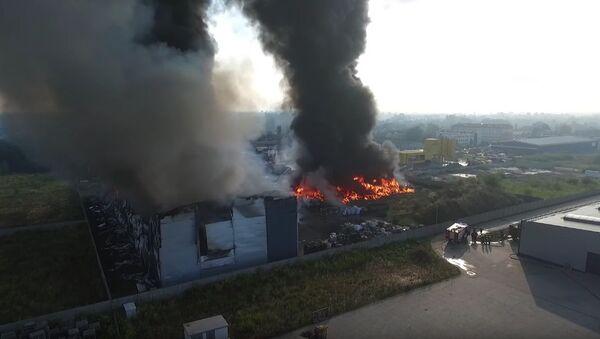Potężny pożar na Śląsku: ogień dotarł do hali produkcji paliwa - Sputnik Polska