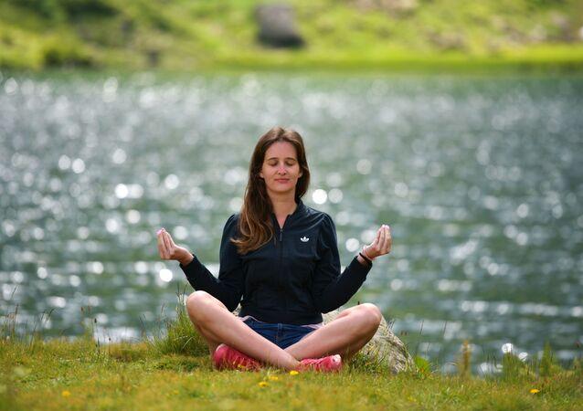 Medytująca dziewczyna przy jeziorze Mzi w Abchazji