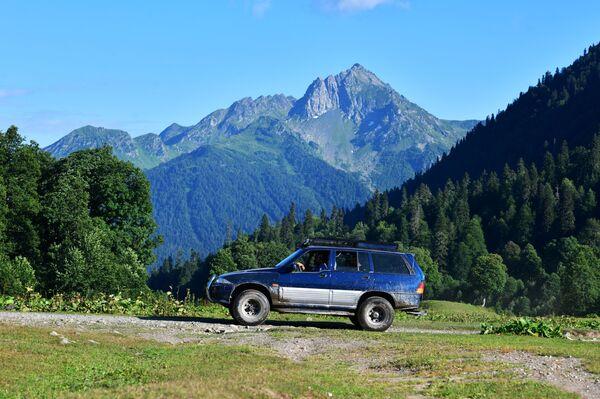 Samochód w Reliktowym Parku Narodowym w Abchazji   - Sputnik Polska