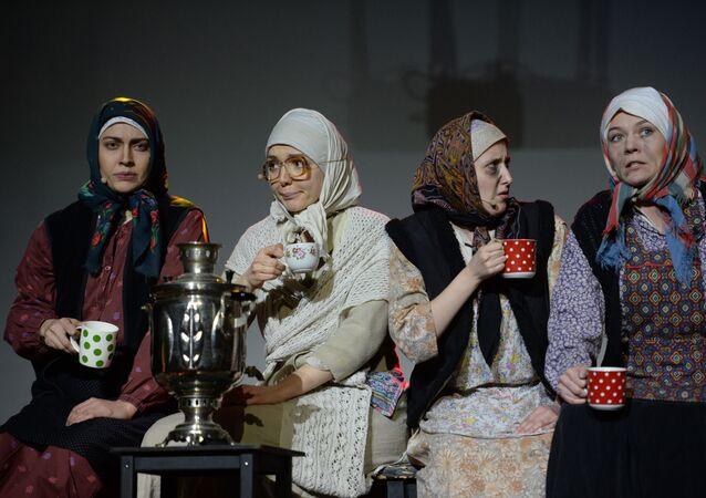 """Aktorzy piją herbatę podczas spektaklu """"Pożegnanie z Matiorą, W. Rasputina"""
