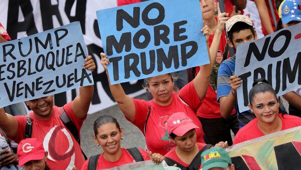 Zwolennicy wenezuelskiego rządu protestują przeciwko polityce Donalda Trumpa  - Sputnik Polska
