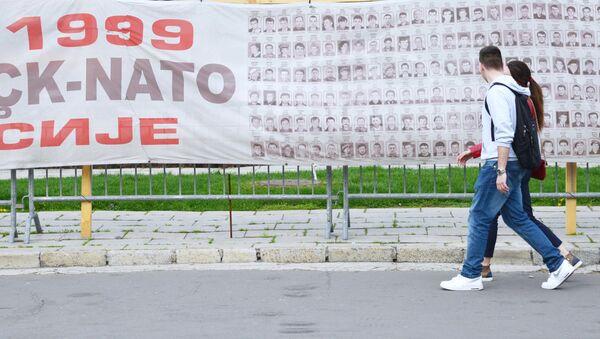 Plakat z ofiarami bombardowania NATO 1999 r., Belgrad. - Sputnik Polska