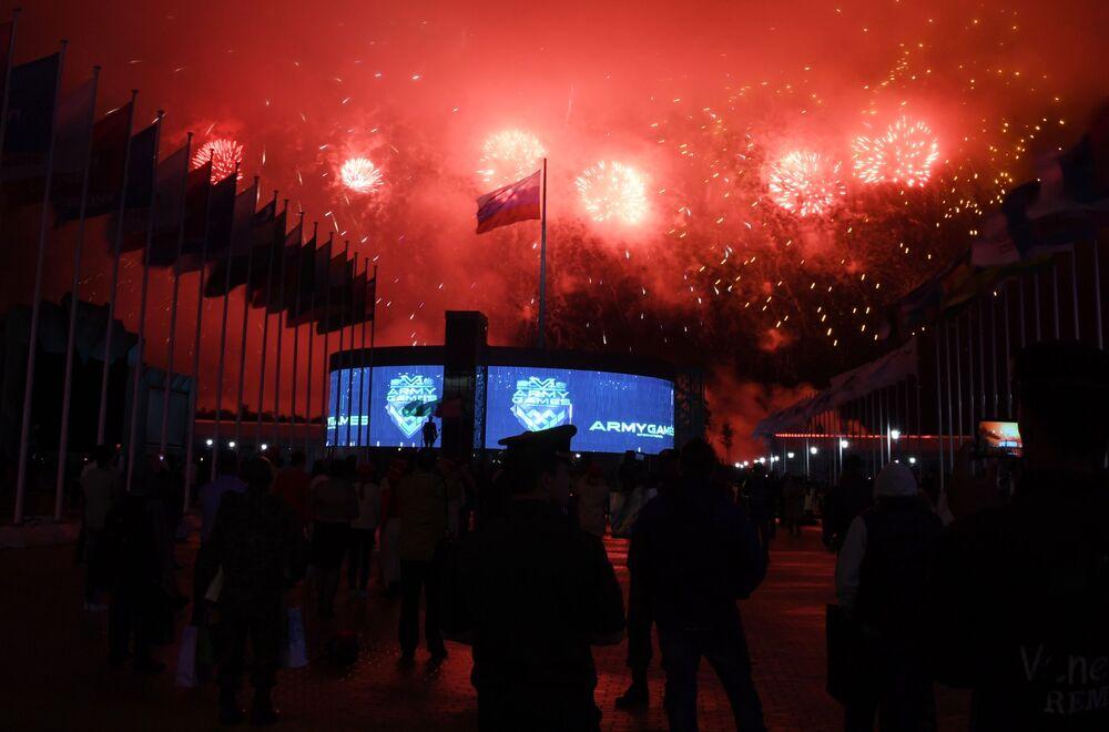 Fajerwerki na ceremonii zamknięcia igrzysk wojskowych Armia 2019