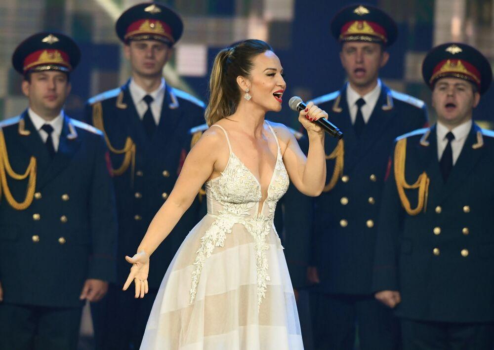 Serbska piosenkarka Jelena Tomašević na ceremonii zamnknięcia igrzysk wojskowych Armia 2019.
