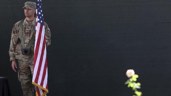 Amerykański żołnierz z flagą USA w Kabulu - Sputnik Polska