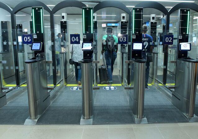 Automatyczna kontrola paszportowa na lotnisku we Francji