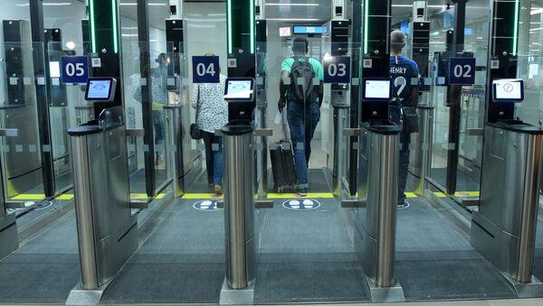 Automatyczna kontrola paszportowa na lotnisku we Francji - Sputnik Polska