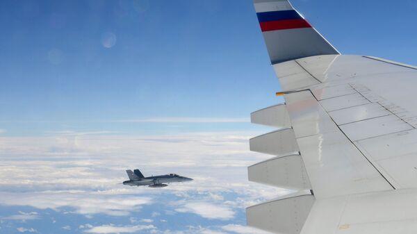Szwajcarski myśliwiec eskortuje samolot z rosyjską delegacją rządową - Sputnik Polska