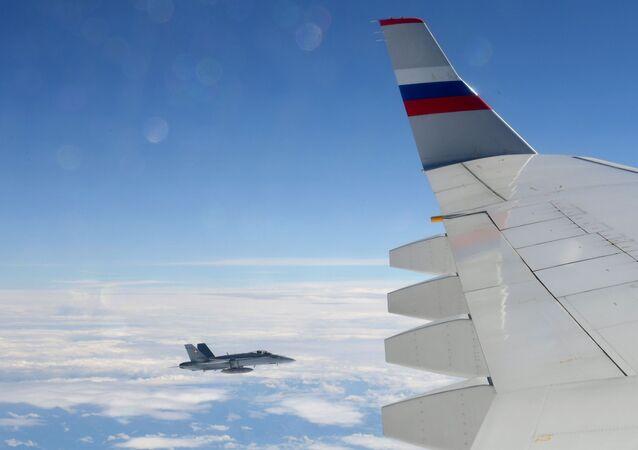 Szwajcarski myśliwiec eskortuje samolot z rosyjską delegacją rządową