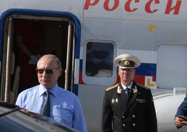 Władimir Putin przed spotkaniem z Emmanuelem Macronem
